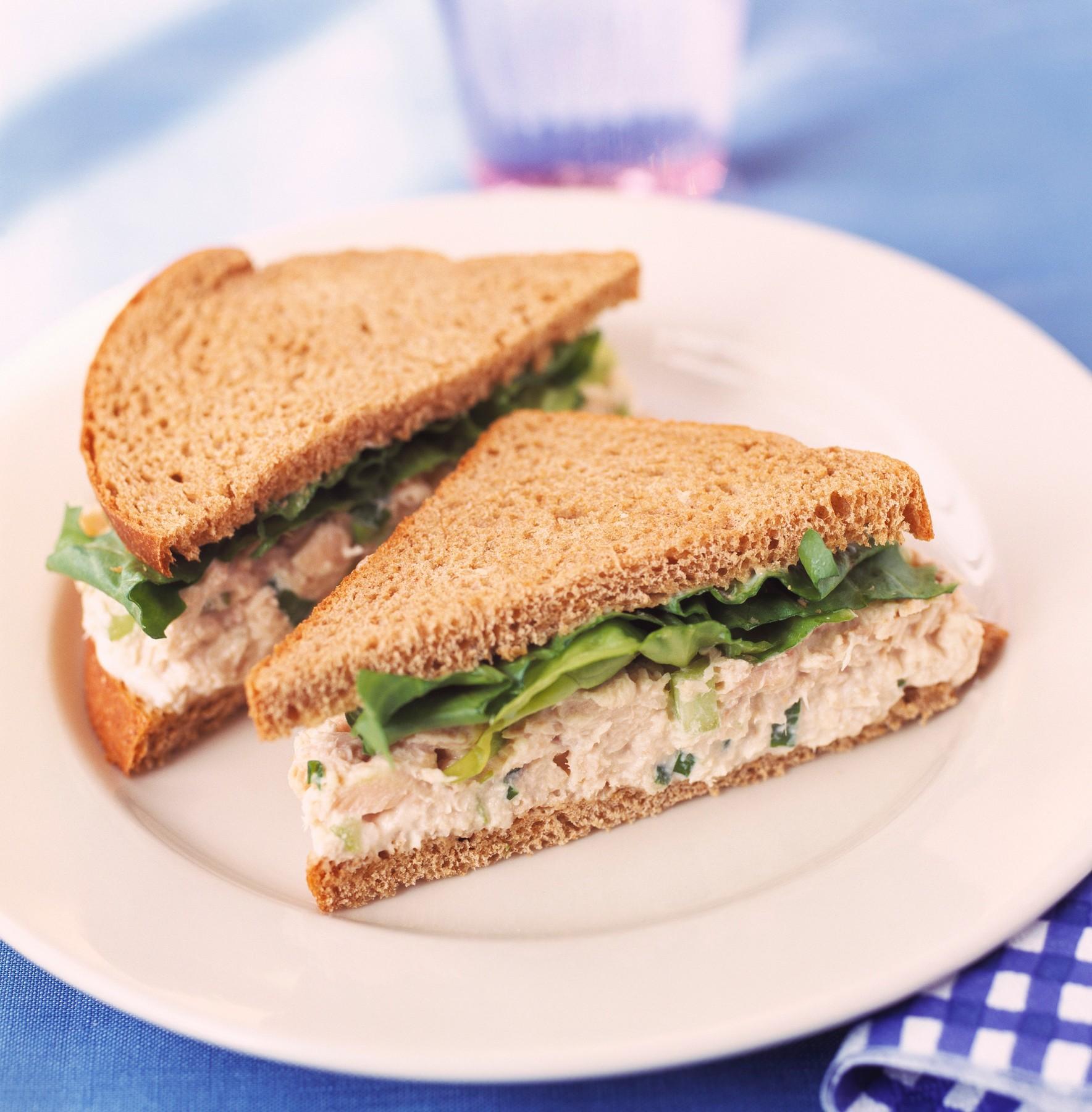 Сандвич със салата от риба тон и броколи